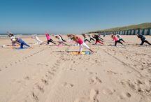 Strandyoga / Strandyoga van Wel-Zijn is een eigen, unieke vorm van yoga. Het is een combinatie van tai-chi, yoga, pilates en meditatie. Je wordt er soepel en sterk van en omdat je in de buitenlucht oefent, bereik je meer ontspanning en krijg je nieuwe energie. Strandyoga is een typische zomeractiviteit. Vanaf juni start Wel-Zijn, bij gunstig weer in Bergen aan Zee.