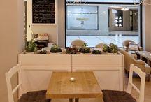Realizace RAW Café / Vedle výroby kuchyní a nábytku obecně se také zabýváme kompletními návrhy a realizacemi interiérů restaurací, kaváren, kanceláří, domů a bytů ne jen ve francouzském stylu. Provádíme pokládky kvalitních dřevěných podlah, výrobu ocelových a dřevěných schodišť, vestavěných skříní a knihoven a pod. Pro více informací kontaktujte naše designéry na info@delart.cz
