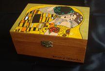 """CAJA DECORADA """"EL BESO"""" de Gustav Klimt. / Este fin de semana os dejo con una caja muy especial. La he pintado varias veces, pero esta vez el significado de la caja ha sido para mí algo de lo más bonito y original. Los amigos de Alba se iban a casar y ella quería algo diferente, su regalo era lo que los novios necesitaban, pero lo que ellos no esperaban era que el envoltorio del regalo fuese tan original. Les gustó muchísimo,. Alba acertó de lleno con su regalo y con una dedicatoria que sale desde el corazón."""