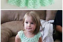 Yeni yürümeye başlayan çocuklar için elbiseler