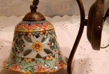 Applique-Lume campanella in ceramica con braccio in metallo anticato. 50,00 € su misshobby.com