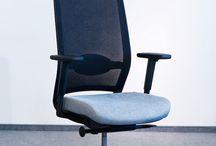 Nowoczesne fotele biurowe / Pracując umysłowo, wiele osób spędza co najmniej 8 godzin za biurkiem. Żeby praca była efektywna, a przy okazji nie odbiła się negatywnie na naszym zdrowiu, konieczny jest wygodny, ergonomiczny fotel. W tym miejscu znajdziecie takie, na które szczególnie warto zwrócić uwagę.