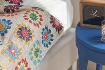 Kauniit ja mukavat vuodevaatteet Snurk-merkiltä. / Snurk-merkin vuodevaatteiden avulla luot hauskan ja persoonallisen tyylin makuhuoneeseen. Unelmoitpa sitten aamiaisesta sängyssä, unelmoipa lapsesi astronauttina olosta, tai lampaiden laskemisesta ennen nukkumaan menoa, Snurk-merkiltä löytyy useita eri aiheisia settejä joka makuun.