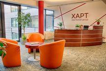 Xapt - Az Év Irodája 2013 jelölt / A hazai központú XAPT idén februárban költözött a BudaWest Irodaházba. A közel 1500 négyzetméteres budapesti irodában naponta átlagosan 100-120 munkatárs dolgozik. Az új trendeknek megfelelően a munkaállomások és a közösségi terek egészséges egyensúlyát tudatosan teremtették meg, miközben otthonos elegancia és minimalizmus jellemzi a cégközpontot.