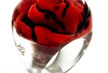Rosas / Em uma rosa.. Há um horizonte tremulante. Em uma rosa... Há uma espiral de fogos de artifício suspensa / um zumbido de avião a jato / um mapa horrível de sonhos