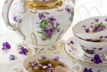 teiere, tazzine, piatti e altra porcellana