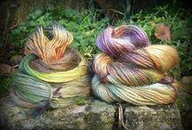 laines peintes / Des laines artisanales ou commerciales, de belles matières et mélanges que je peint au pinceau .