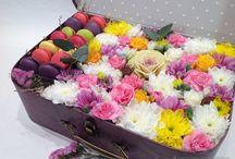 Цветы в коробках. Подарки. / Коробки с цветами. Живые цветы. Подарки. Цветы и макаруны. Macaroons. Доставка цветов и подарков.