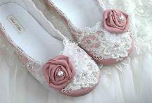 Самые необычные туфельки на свадьбу / Вы можете посмотреть на самые стильные и очень красивые свадебные туфли! Вы можете сделать сами дизайнерские туфли, и такая обувь будет только у Вас! Купите простые белые босоножки цена в среднем 1500-1800р. и декоративные белоснежные цветы. Подобна обувь от дизайнера будет стоить в 2 раза выше!