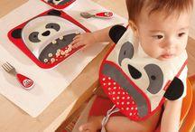 SKIP HOP / Firma Skip Hop świetnie zna i pojmuje potrzeby nowoczesnej mamy, taty jak i samych dzieci. Tworzy produkty mądre, nowoczesne a co najważniejsze - bezpieczne. Wzornictwo i kolorystyka produktów jest niezwykle ciekawa i barwna, doskonale odzwierciedla trendy naszych czasów. Produkty edukacyjne, stworzone przez rodziców i dla rodziców pomagając w stawianiu pierwszych kroków dzieciom jak i samym rodzicom.
