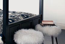 Schapenvacht meubels en inspiratie / Wat kan je zoal doen met schapenvachten en lamsvachten. Dit bord laat zien hoe je deze vachten kunt verwerken in allerlei meubels. Krukjes, stoelen, poef enzovoort. Laat je inspireren.