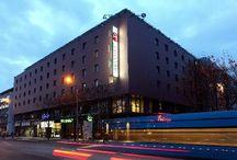 ARCOTEL Allegra Zagreb / ARCOTEL Allegra - ideal für Geschäftsreisen oder Citytrips nach Zagreb. Mitten im Zentrum, im Branimir Center, werden anspruchsvolle Gäste von einer wunderbar mediterranen Welt empfangen.  Schon die Lobby erinnert an ein Atrium in südlichen Ländern, in dem man sich niederlässt, um für eine Weile der Hitze zu entkommen. In den Zimmern setzt man auf modernes Design, gepaart mit dem Komfort multifunktionaler Möbel.