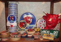 """Arts du quotidien DESIGN DE COM. VACHE QUI RIT / TOUT CE QUE VOUS AVEZ TOUJOURS VOULU SAVOIR SUR LA VACHE QUI RIT ET QUE VOUS N'AVEZ JAMAIS OSE DEMANDER..... Images de la célèbre """"vache qui rit"""", collectées entre autres sur l'excellent site  """"« LE TYROSÉMIOPHILE » (http://www.letyrosemiophile.com) tyrosémiophile  : nom singulier invariant en genre ET néanmoins collectionneur d'étiquettes de fromage. Historique issue du  site """"http://www.lamaisondelavachequirit.com/tout-sur-la-marque/la-vache-qui-rit-sa-vie-son-oeuvre.html"""""""