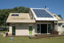 Arquitetura Bioclimática / associa o bioclimatismo a estratégias construtivas para proporcionar conforto e bem estar a seus habitantes, promovendo assim, a eficiência energética e sustentabilidade as edificações.