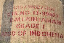 BALi Kintamani / Bali je producentem kávy již od 19. století, v oblasti Kintamani se pěstuje Arabica  a Singaraja oblast je oblastí pěstování  Robusty. Naše Bali Kintamani vyhrála v kategorii Best espresso  v Indonesian Barista Championship 2014.  Káva má střední tělo, nižší aciditu s limetkovým a pomerančovým nádechem. Má velmi dobrou pěnivost a příjemný čokoládový konec. Věříme, že si tuto pro nás exotickou kávu vychutnáte stejně jako my.