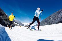 Winter Emotions / 100% Schneesicherheit durch unsere Höhenlage. Ziehen Sie mit unserem Skiguide Sepp, der 5x die Woche für Sie da ist, die allererste Spur im Schnee oder leihen Sie sich in unserem Intersport Shop die neuste Langlaufausrüstung, denn die sonnige Langlaufloipe beginnt direkt neben dem Wellnesshotel Bergland.