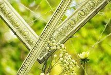 Shooting Gris d'Hiver en Bretagne / Forêt de Huelgoat dans le Finistère Décoration et Mise en Scène : Breizh Cup Cake Events (29200) Fleurs :  Les Éphémères (29100) Photographe : Souvenirs du Temps (56170) Make-Up et Coiffure : Jes.K (29570)