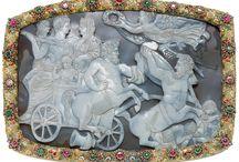 Pracht & precisie / In deze expositie zijn de mooiste en meest bijzondere 'gesneden stenen' uit de collectie van het Rijksmuseum van Oudheden bijeengebracht. U ziet meer dan honderd voorbeelden van deze kleurrijke en vaak kostbare stenen met gegraveerde voorstellingen. Van 15 december 2015 t/m 31 december 2017.