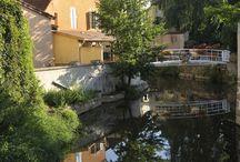 Charolles / Charolles, village étape situé dans le département de Saône-et-Loire en région Bourgogne.  La ville a donné son nom au pays du Charolais, et est ainsi emblématique de la race bovine charolaise. Charolles est également connue pour ses faïences. Située au confluent de deux rivières, la ville est parsemée de nombreux canaux à l'origine de son surnom de Venise du Charolais.