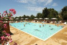 Italie, Le Pianacce / Camping Le Pianacce is een prachtig gelegen, middelgrootte terrassen camping op 7 kilometer van het strand bij Castagneto Carducci. De Tendi Safaritenten met eigen badkamer staan op een hoger gelegen terras van de camping. Er is een heerlijk zwembad met uitzicht, een apart kinderbad met kleine glijbaan en er zijn ligbedden met parasols aanwezig. Voor de kinderen is er een mooie speeltuin. Geniet 's avonds op het terras van de Toscaanse keuken, of een heerlijke Italiaanse pizza.