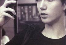 """Yesung SJ / Yesung merupakan salah seorang member Super Junior, dan salah satu dari tiga vokalis utama di group tersebut. Tidak diragukan lagi, Yesung memang memiliki suara yang bisa dikatakan lebih baik daripada member Suju lainnya. Untuk itu juga pria yang bernama asli Kim Jong Woon ini memakai nama panggung Yesung yang artinya """"suara seni"""" (*atau orang-orang sering mengatakannya """"pita suara seorang artis"""")."""