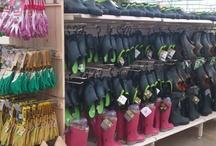 Espace jardinerie / Notre nouvel espace a ouvert en mars 2013. On y trouve tous les accessoires indispensables au jardinage, gants, sabots, outillage, voiles, engrais et traitements.