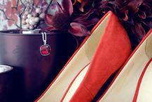 Der Herbst ist rot! / Ob rote Schuhe, Schmuck mit roten Steinen, Accessoires für die Wohnung oder Beauty-Produkte – Rot ist die Trendfarbe im Herbst! Schließlich werden im Herbst die Trauben rot und die Blätter und auch die Sonne geht nur im Herbst (wenn sie denn zu sehen ist) blutrot unter.