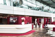 Flughafen Düsseldorf Konferenzcenter / Mit der Neugestaltung des Konferenzcenters am Flughafen Düsseldorf wird ein umfassendes Serviceangebot sowohl für den Gast auf der Durchreise als auch für große Konferenzen geschaffen. Schon im Zugangsbereich werden vielfältige Möglichkeiten geschaffen, von Single-Work- und Pluginstations, schneller Businesscorner bis hin zum semitransparenten Meetingraum. Weiche Formen und prägnante Farben bestimmen den Entwurf. Wir schaffen sowohl große, flexible Konferenzräume, als auch familiäre Boardrooms.