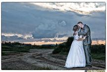 Weddings Sunset Photography / Wedding Coupels taking photos at sunset