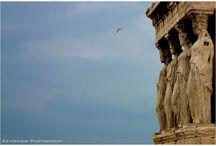 Α Θ Η Ν Α / Το αρχικό όνομα της Αθήνας ήταν Ακτή ή Ακτική και το είχε πάρει από τον πρώτο της βασιλιά τον Ακταίο. Το δεύτερο της όνομα ήταν Κεκροπία και οφειλόταν στο βασιλιά Κέκροπα ο οποίος διαδέχθηκε τον Ακταίο, καθώς παντρεύτηκε την κόρη του. Επί βασιλείας του Κέκροπα πήρε το όνομα Αθήνα. Σύμφωνα με το μύθο, όλοι οι άνδρες της πόλης ψήφισαν υπέρ του Ποσειδώνα και όλες οι γυναίκες υπέρ της Αθηνάς. Οι γυναίκες υπερτερούσαν κατά μία ψήφο.