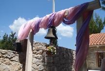 Στολισμος βαπτισης / Διακόσμηση Βάπτισης σε κτήμα, αρχίζοντας από το παράθυρο της εκκλησίας με μπάλες από λουλούδια και κορδέλα σε ροζ, πορτοκαλί, πράσινο και λιλά χρώμα και τραπέζι γλυκών στην ίδια φιλοσοφία