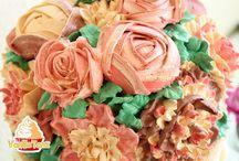 Tutorials Flowercake von VanilleTanz / Hier findet ihr viele Kreationen von VanilleTanz. Alle Blumen sind aus verschiedene Cremes wie Eiweißcreme, Glossy Buttercream, Hochglanz Milchbuttercreme, Bohnenpaste hergestellt. Lasst euch inspirieren!