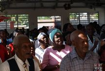 Naar de kerk / Zowel in het kinderdorp als in het dorp Leogane staan kerken die volop gebruikt worden. Natuurlijk voor diensten op zondagmorgen, maar ook voor bijbelstudiegroepen, zondagsschool voor alle leeftijden en zelfs een bijbelschool. Voor zowel de bewoners van het dorp als voor de mensen uit de omgeving zijn deze gemeentes een plek van bemoediging.