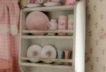 Söpönen astiahylly seinällä