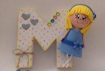 Letras decoradas / Letras decoradas con papel para de scrap y una pequeña fofucha