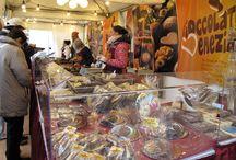 Schokoladenfestival 2014 / Vom 30. Oktober bis zum 2. November 2014 verwandelte sich die Altstadt von Wernigerode nun in eine Schoko-Erlebniswelt. Auf dem Marktplatz vor dem historischen Rathaus präsentierten Top-Chocolatiers aus unterschiedlichen Ländern ihre erlesenen Produkte und luden ein, bei Pralinenkursen, heißer Schokolade und Kakao-Malerei die Vielfalt der Schokolade zu entdecken. Zahlreiche Restaurants und Cafés boten während der chocolART Schokoladenmenüs an.