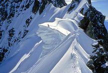 WINTER | CHAMONIX MONT BLANC / Het skigebied Chamonix-Mont Blanc ligt aan de voet van West Europa's hoogste berg, de Mont Blanc. Dit uitgestrekte gebied ligt rondom het dal van Chamonix en Argentiere, net voor de grens tussen Zwitserland en Frankrijk. In feite is Chamonix Mont-Blanc een verzameling van verschillende gebieden. Elke vorm van skiën is hier mogelijk, van beginners tot experts.