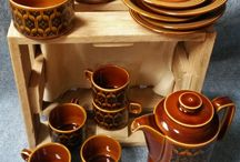 Brown Hornsea Heirloom Pottery Set, Wooden Basket / For a splash of 70's air in your household, this amazing set of brown and black Hornsea Heirloom pottery will do the trick. Impress your guests and have fabulous tea parties with this timeless and trendy pottery set.