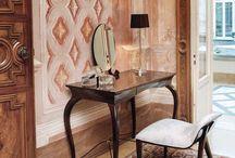 Style Baroque : Osez la salle de bains Rétro / Le Style #Baroque, c'est l'expression des siècles passés. Retrouvez toute l'élégance des dorures, des ornements, des rideaux dans votre salle de bains.   #Deco #Home #Retro #Gold #Inspiration #Salledebains #rococo