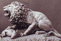 Giancarlo Buratti scultore / Diplomatosi nel 1983 all'Accademia di Belle Arti di Carrara, inizia a lavorare con il padre Urbano, valente scultore. Nella sua carriera lavorativa molti incarichi che gli vengono commissionati riguardano la ritrattistica