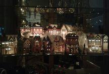 kerstdorp in vitrinekast met spiegels