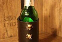 Bierflaschen/ Wasserflaschenhalter / Schick und einfach die Flasche am Gürtel verstaut. Verschiedene Nieten möglich. Leder in schwarz oder braun. Ab 35 Euro