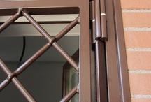 Dettagli sistema Innesto / particolari che la rendono unica come la doppia cerniera da 20 mm con perno in ottone e cuscinetto a sfere, parastrappi  da 20 mm, paletto per bloccaggio anta, serratura a montante.