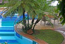 Piscina - Hotel Via dos Corais / Esta é a piscina de nosso empreendimento! Ela conta com uma deliciosa jacuzzi e as mais diversas cores entre o azul e o branco. Ela foi projetada para atender bem famílias, casais em nosso Hotel. #Piscina #PraiadoForte #Hotel #Familia