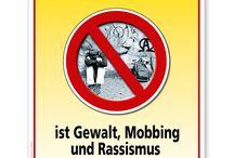 Mobbing / Schilder gegen Gewalt, Mobbing und Rassismus.