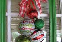 Holiday Frame Decor / Make holiday wreaths out of picture frames!