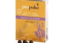 Propolia / La propolis, douée de pouvoirs purifiants et régénérants, maintient à l'intérieur de la ruche l'environnement favorable à la bonne santé des abeilles. Appliquée à l'homme, c'est une substance possédant une activité inhibitrice puissante à l'égard des agents responsables de désordres organiques.