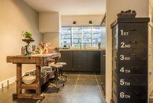 Keuken (vloer) Ideeen / Wanneer je kiest voor tegels in de keuken is het goed om met een aantal zaken rekening te houden. Wat gebeurd er bijvoorbeeld met de tegel wanneer er op wordt geknoeid? Laat u informeren bij 'van den Heuvel & van Duuren', ook voor het onderhoud van uw tegels.