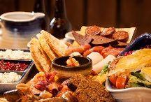 Ruoka ja juoma Viikinkiravintola Harald/ Viking food / Ruokaa ja juomaa Runsas ja herkullinen ruoka sekä huolella suunniteltu viikinkiteeman mukainen miljöö ovat Haraldin tavaramerkkejä, jotka yhdessä muodostavat ravintolakäynnistä elämyksellisen kokemuksen.   Raskaan - ja usein sotaisankin - arjen vastapainoksi olivat viikingit sangen persoja juhlistamaan eloaan pöydäntäytteitä säästelemättä. Siispä ympärille kutsuttiin hyviä ystäviä sekä runsain mitoin syötävää ja juotavaa!