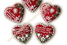 Mézeskalács szív  / Mézeskalács köszönetajándék, Vendégajándék esküvőre Mézeskalács szív Gingerbread hart, hart cookies, Hungarian gingerbread, honey cookies, Wedding cookies, Royal icing, írókázás Mézeskalács készítő tanfolyam follow me: www.mezeskalacsajandekok.hu www.facebook.com/koszonetajandek www.mezeskalacsajandekok.blogspot.hu